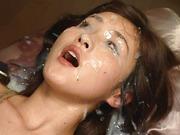 Gratis Asiasex Video in der eine japanische Schlampe vollgewichst wird